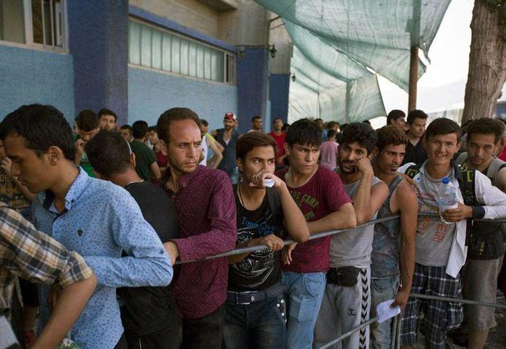 En medio de la crisis financiera que le valió que otros países le entregaran recursos económicos, Grecia 'pelea' con otros problemas: la migración ilegal de afganos, quienes huyen de los conflictos bélicos en su país. (AP)