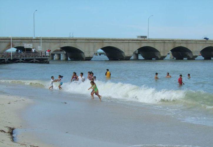 El fuerte oleaje registrado este domingo en Progreso y otras playas yucatecas agudizó los operativos de seguridad para cuidar a los vacacionistas. (William Casanova/Milenio Novedades)