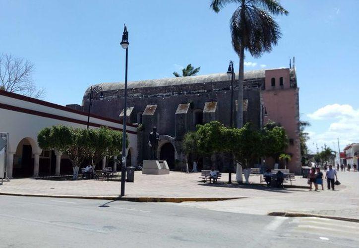 Desde las 10:30 de la mañana, en el Museo Maya se llevaron a cabo talleres infantiles y juveniles de pintura. (Jesús Caamal/SIPSE)