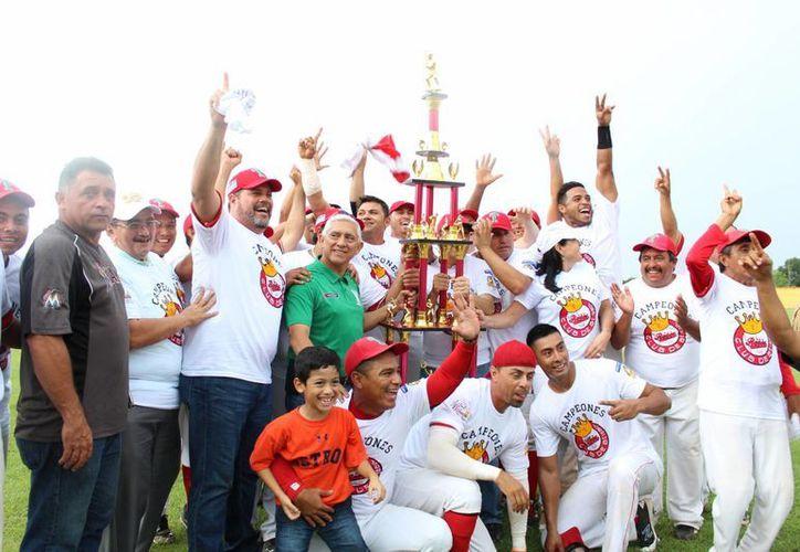 Reyes de Tizimín, con el trofeo de campeones de la Liga Estatal de Beisbol 'Naxón Zapata'. (Milenio Novedades)