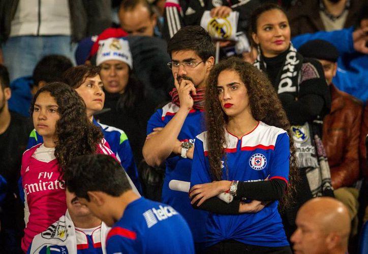 Los aficionados de Cruz Azul tuvieron poco qué celebrar este año. En la foto, tras la eliminación del club por goleada de 4-0 ante Real Madrid en la semifinal del Mundial de Clubes en Marruecos. (Foto de archivo de Notimex)