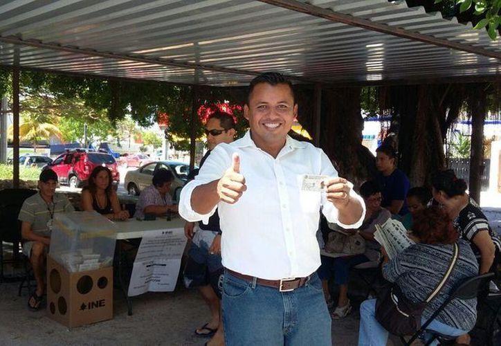 Sergio Flores Alarcón candidato del Partido de la Revolución Democrática (PRD) por el  Distrito 01, emitió su voto a las 10:31 de la mañana. (Claudia Olavarría/SIPSE)