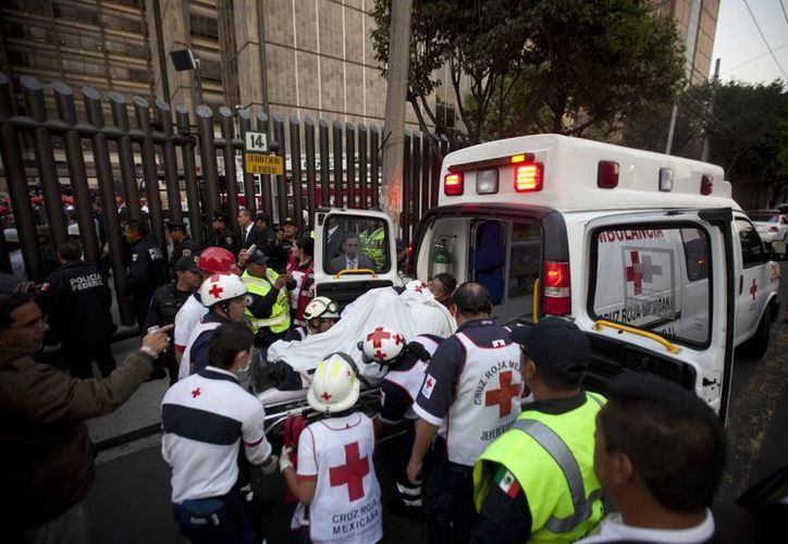 Un lesionado en la explosión es llevado a un hospital de la Ciudad de México. (Agencias)