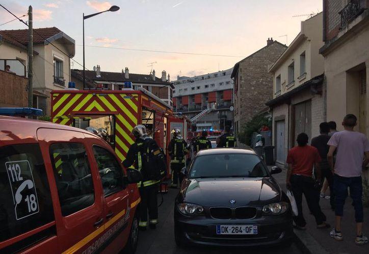 Una docena de personas, entre ellas seis policías, resultaron heridas tras el ataque con una bomba molotov en un bar de París. (@ClementLanot/Twitter)