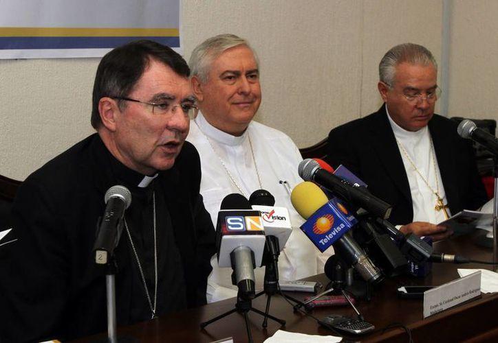 El Nuncio Apostólico, el festejado y el Cardenal José Robles Ortega. (Milenio Novedades)