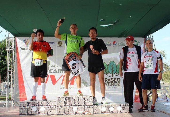 Premiación de los ganadores de la III Carrera UVM, celebrada este domingo. (Milenio Novedades)