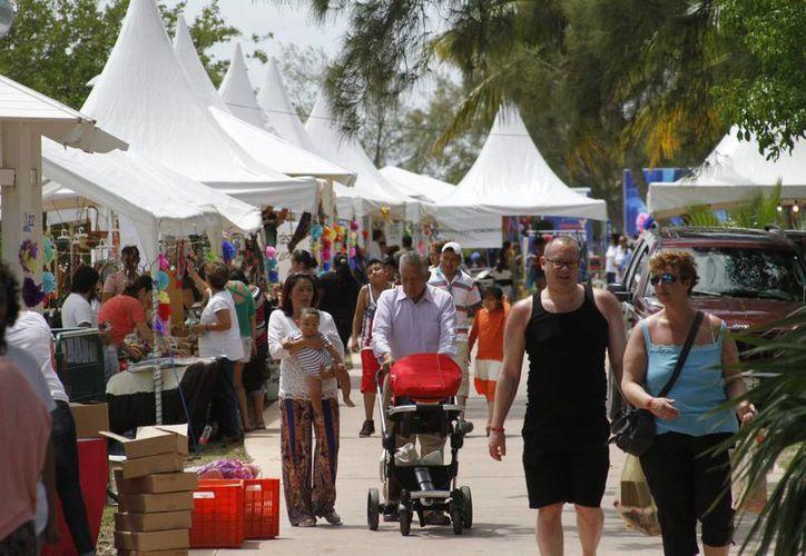 Cientos de personas acudieron en el bazar de artesanías. (Israel Leal/SIPSE)