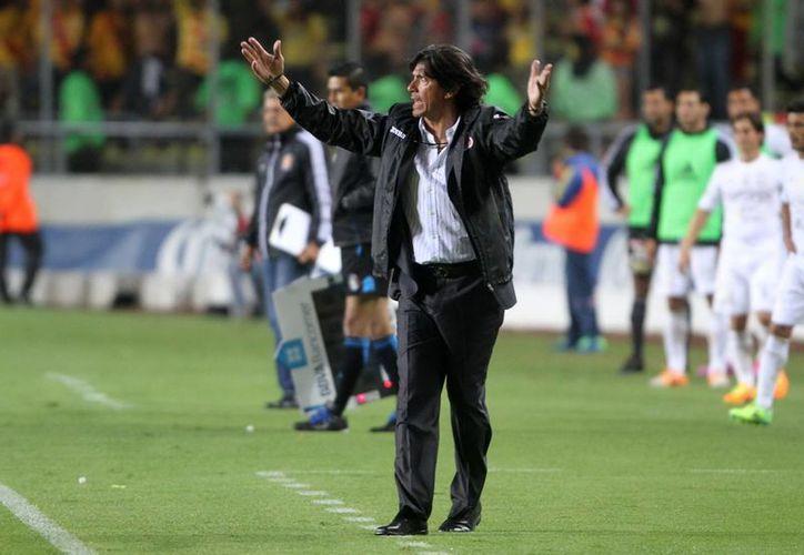 La buena 'estrella' que Angel David Comizzo tuvo como jugador en el futbol mexicano no la ha tenido como entrenador, ya que primero lo cesaron del Querétaro y ahora en Morelia. (Notimex)
