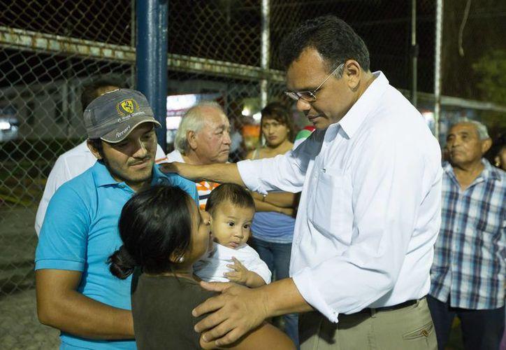 Rolando Zapata Bello saluda a la gente en 'Diálogos con el Gobernador' en la colonia Lázaro Cárdenas. (SIPSE)