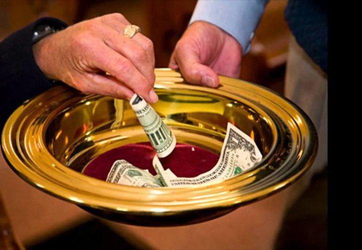 """El dinero que los fieles entregaron a la iglesia como limosna fue sustraído de la alcancía por tres rateros; la """"congregación enfurecida"""" logró detenerlos, según la policía. (Youtube/contexto)"""