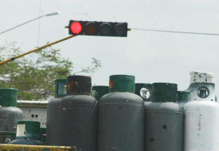Se inmovilizaron 63 vehículos repartidores de cilindros de gas, así como 28 autotanques, puesto que no estaban operando de acuerdo con las normas de seguridad y calidad que exigen para su actividad. (Archivo SIPSE)