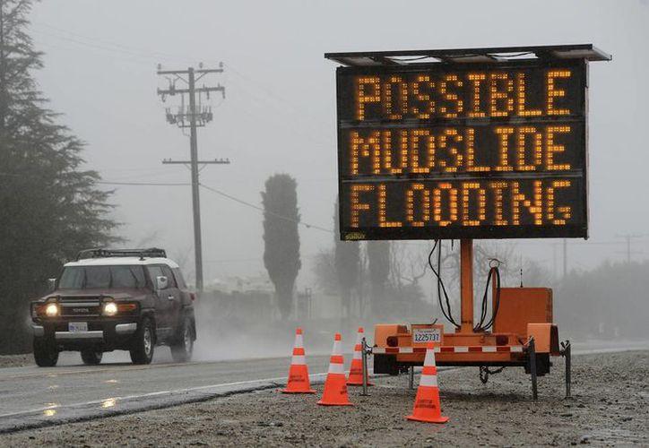 La congestión vial en las vías californianas se acentuó con la caída de lluvia y nieve por una tormenta otoñal. (AP/Jennifer Cappuccio Maher)