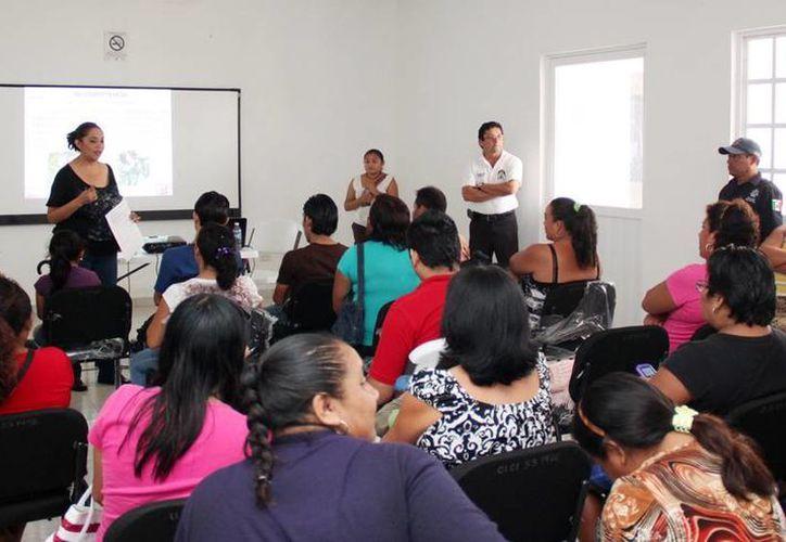 Las autoridades ofrecen pláticas que benefician a los habitantes. (Cortesía/SIPSE)