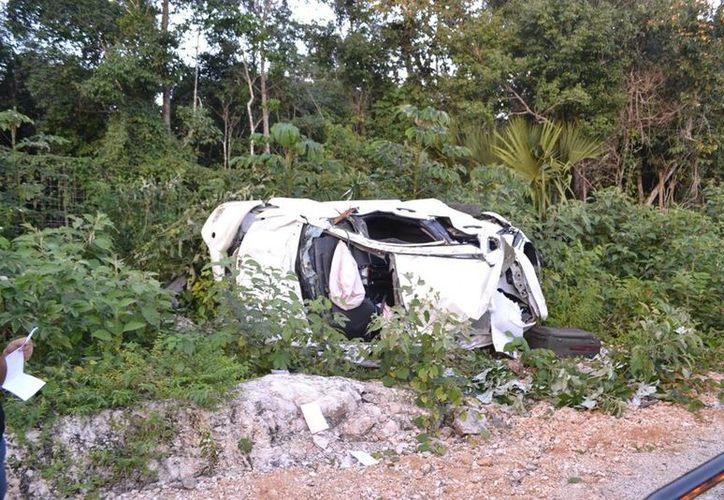 El médico perdió el control de su vehículo y volcó en la  autopista Nuevo Xcan-El Tintal.  (Redacción/SIPSE)