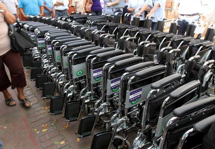 Entre los artículos que entregó el DIF Mérida están varias sillas de ruedas. (Cortesía)