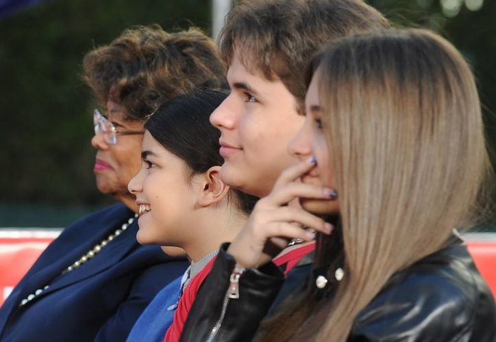 """Paris (d), Prince (2d) y Blanket Jackson (3d), hijos del 'Rey del pop"""", en compañía de su abuela, Katherine Jackson (i). (EFE)"""