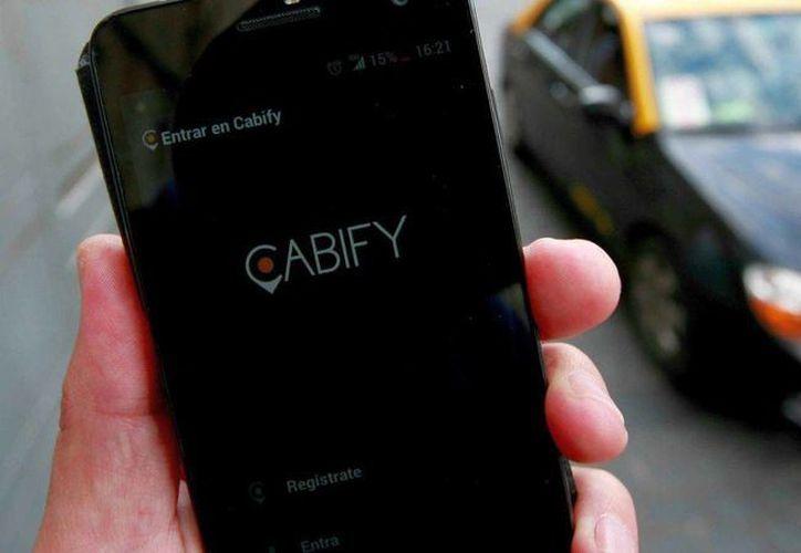 La plataforma de transporte Cabify opera en 10 ciudades del país. (t13.cl)