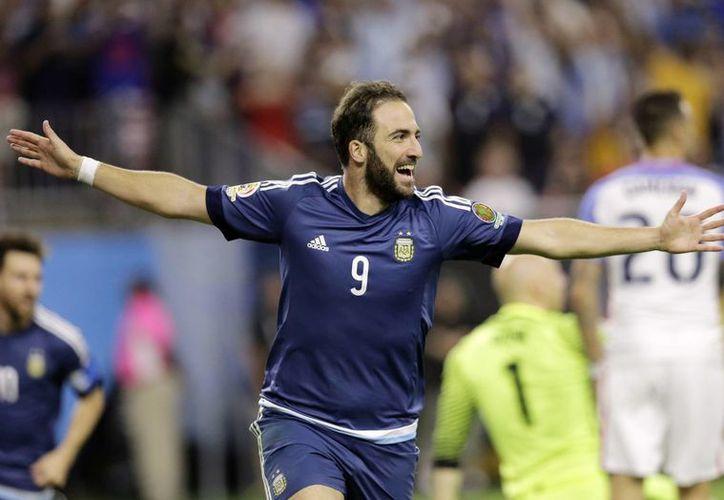 En lo que es el fichaje más caro en la historia del fútbol italiano, Gonzalo Higuaín fue traspasado del Nápoli a Juventus, club pentacampeón de Italia. (AP)