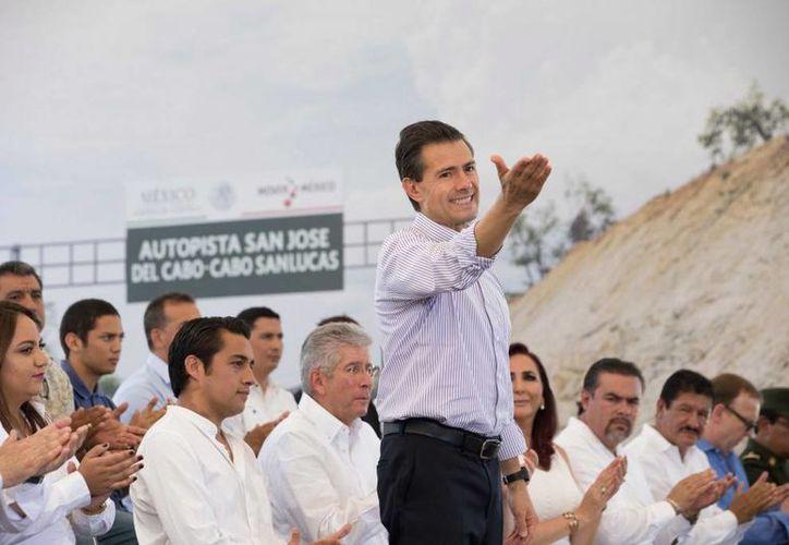 El presidente Enrique Peña Nieto reiteró su apoyó al sector turístico de Baja California Sur. Esto durante la inauguración de una autopista en la mañana de este miércoles en dicho estado. (Presidencia)