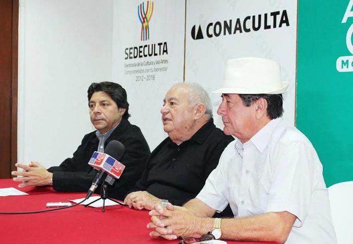 Autoridades de cultura y Manolo del Río (d) durante el anuncio del homenaje a través del Festival Anual de las Artes. (Milenio Novedades)