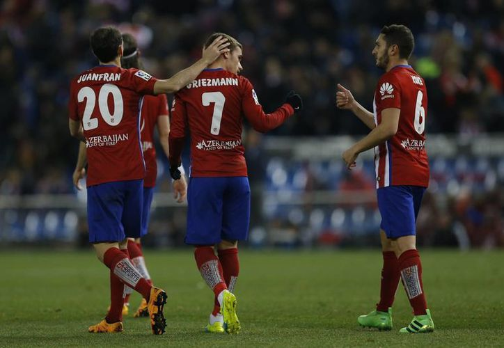 El Atlético se ubica en el segundo lugar de la Liga a 8 unidades del líder Barcelona, quienes juegan mañana ante el Villarreal. (AP)