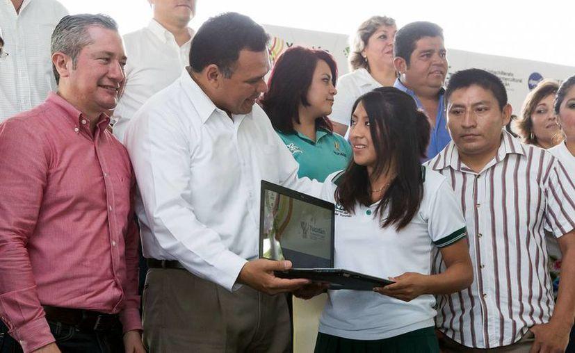 El gobernador Rolando Zapata Bello realizó una gira de trabajo por Baca. (Cortesía)