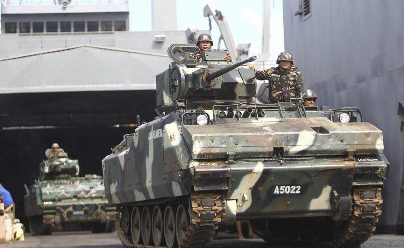 Soldados filipinos vigilan desde un tanque. (Archivo/EFE)