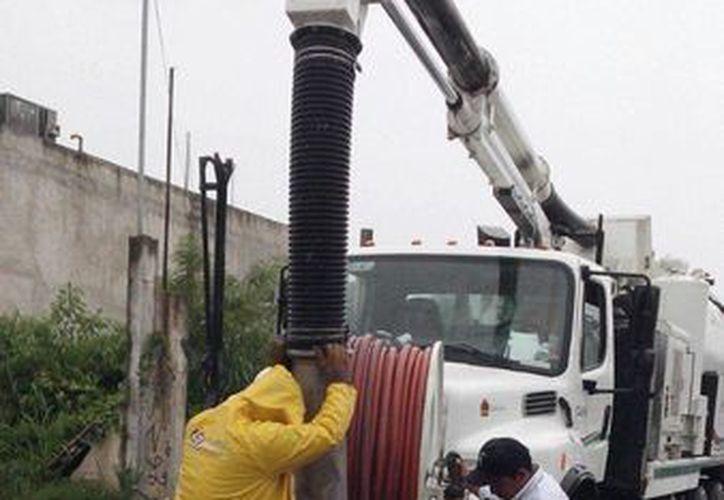 La Comisión de Agua Potable y Alcantarillado realiza labores constantes de limpieza de rejillas en las calles y desalojo de basura, así como desazolve de alcantarillas en sitios de encharcamientos. (Irving Canul/SIPSE)