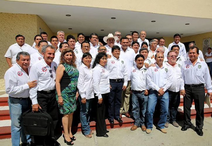 Los representantes de los 18 nuevos comités posaron con el Gobernador del Estado. (Milenio Novedades)