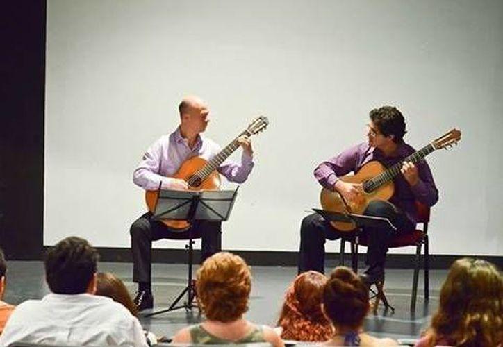 Víctor Celis Padrón y Manuel Rubio Cano, ganadores del Circuito de Música de la Zona Sur 2014. (Milenio Novedades)