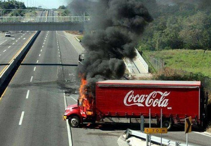 Los camiones de Coca-Cola fueron quemados en la localidad de Arcelia. (twitter.com/infobaeamerica)