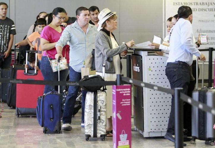 Según la Segob los ingresos generados por ingreso a México crecieron a razón de 9.2 por ciento y los que provienen por vía aérea 8.6 por ciento. Imagen del aeropuerto de la Ciudad de México. (Archivo/Notimex)