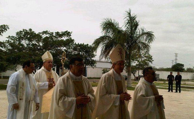 Los padres 'Manito', Jorge Patrón (c) y Juan Mex preceden al arzobispo Emilio Carlos Berlie previo a la misa por los 25 años de sacerdocio de los primeros. (Martha Chan, vía Twitter/SIPSE)