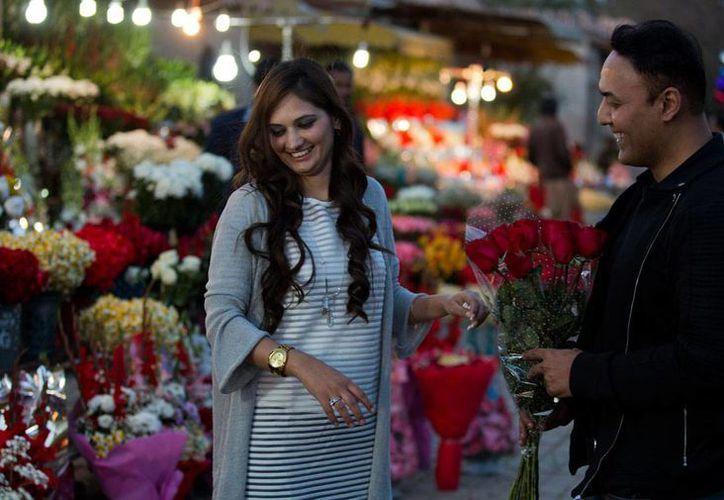Una pareja compra flores para celebrar el Día de San Valentín, el lunes 13 de febrero del 2017 en Islamabad. Un juez prohibió el lunes las celebraciones por ese día en la capital del país, Islamabad, al argumentar que van en contra de las enseñanzas islámicas. (AP/B.K. Bangash)