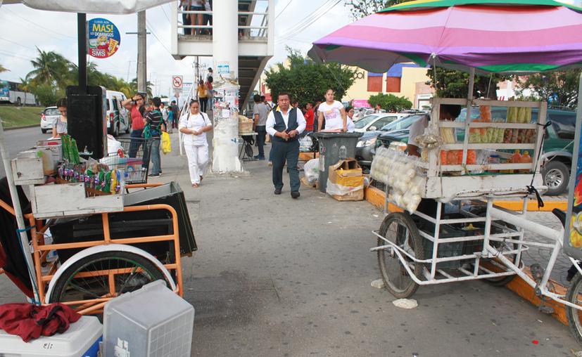 Los comerciantes en la vía pública obstaculizan el paso de los peatones, de acuerdo con las autoridades. (Sergio Orozco/SIPSE)