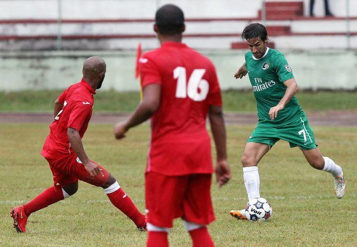El equipo visitante, Cosmos de Nueva York, ganó 4-1 a la Selección de Cuba en el primer partido amistoso en oncenas de ambos países en décadas. En la foto, el español Raúl González, de Cosmos, trata de abrirse paso. (EFE)