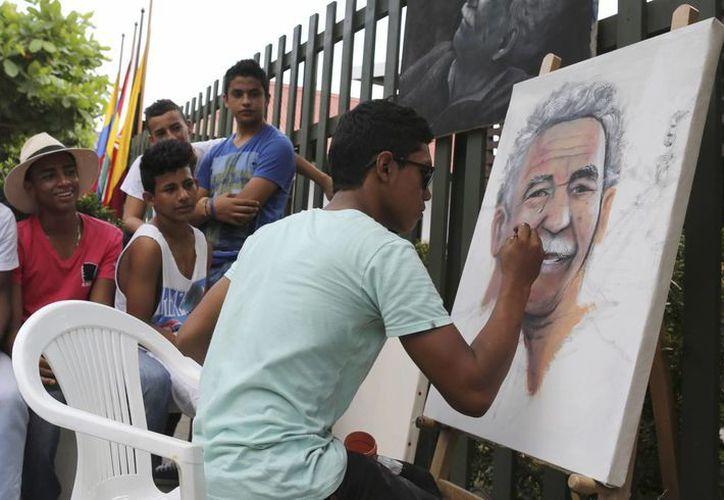 Melquin Merchan pinta un retrato de 'Gabo' frente a la casa donde nació, en Aracataca, Colombia. (Foto: AP)