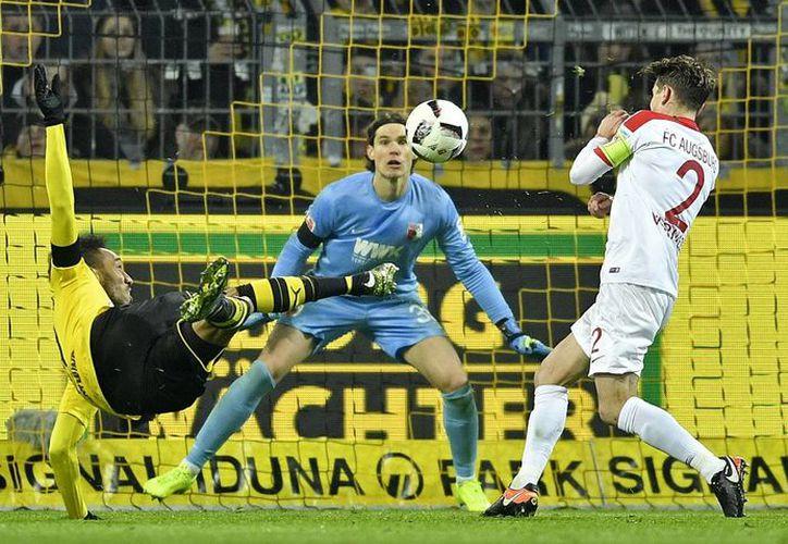 Pierre Emerick Aubameyang (i), del Borussia Dortmund, intenta meter un gol frente a Marwin Hitz y Paul Verhaegh, del Ausburgo. (AP)