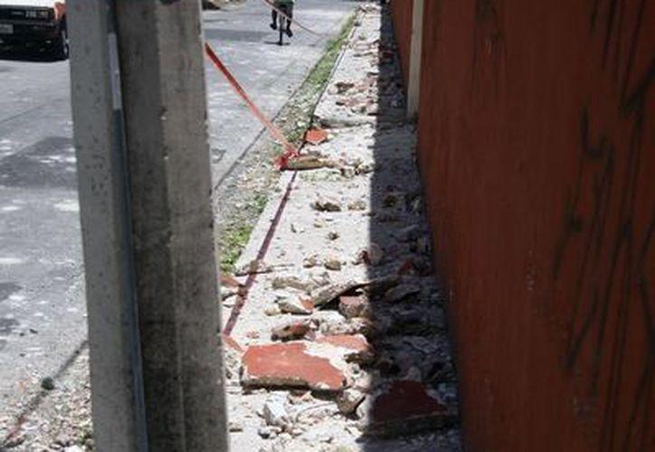 Pedazos del techo quedaron esparcidos en la calle 65 por 34 del rumbo del Chembech. (Jorge Pallota/SIPSE)