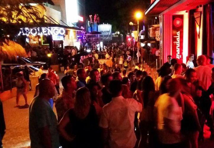 Los negocios nocturnos de la calle 12 esperan que este fin de semana repunten sus ventas. (Daniel Pacheco/SIPSE)