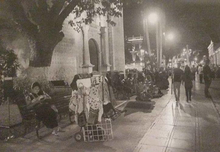 Los vendedores ambulantes del Centro Histórico de Mérida son una constante 'jaqueca' para las autoridades y el comercio establecido. (Milenio Novedades)