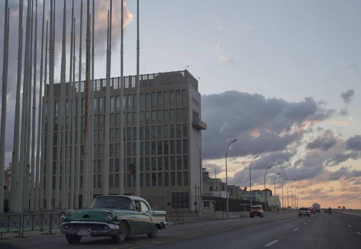 Un automóvil estadounidense clásico pasa junto al edificio de la Sección de Intereses de Estados Unidos en La Habana, Cuba. (Agencias)