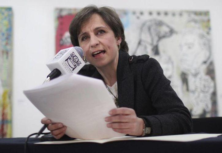 El diario español El País señaló que Carmen Aristegui defendió en los micrófonos su proyecto periodístico. (AP)
