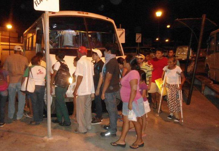 Largas filas de la ruta nocturna al fraccionamiento Flamboyanes. (Milenio Novedades)