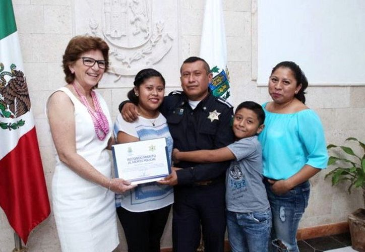 La alcaldesa María Fritz Sierra con el agente Edwin Castillo y su familia. (Milenio Novedades)