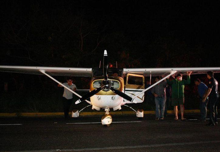 El rescate de la avioneta bloqueó la carretera federal por momentos. (Octavio Martínez/SIPSE)