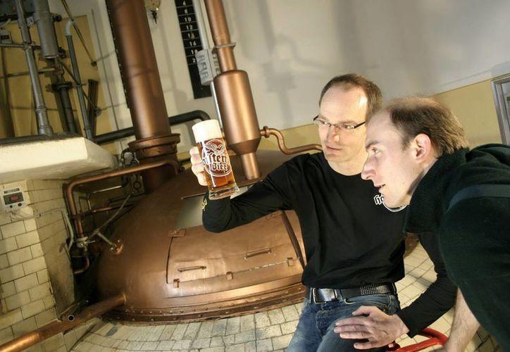 Peter Krammer (izq), maestro cervecero de la empresa familiar Hofstetten, la más antigua de Austria, muestra su nuevo producto. (EFE)