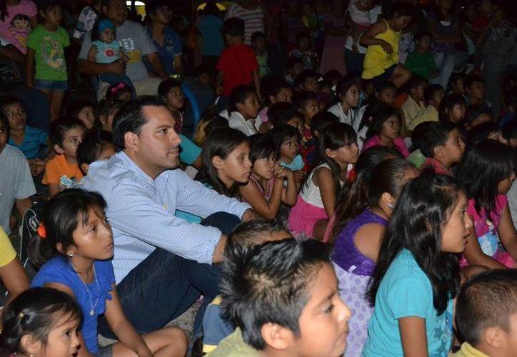 El diputado Mauricio Vila Dosal disfruta entre el público una de las funciones de su programa Cine Vila. (SIPSE)