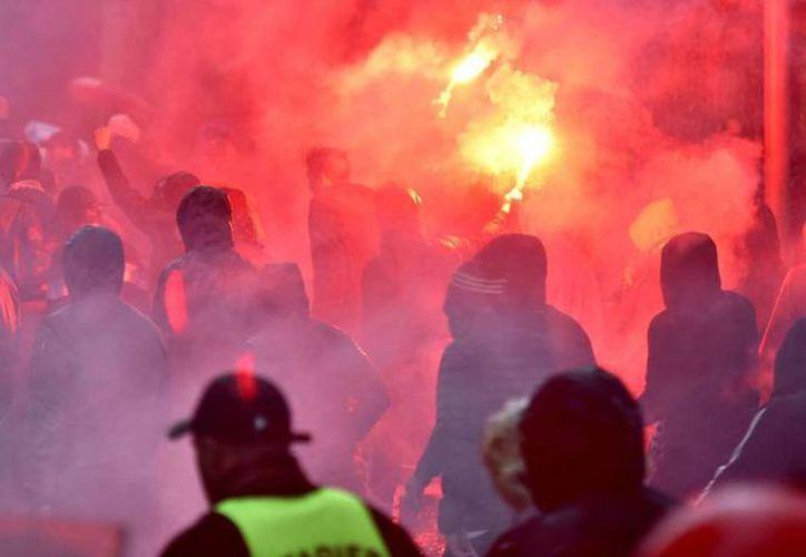Seguidores del equipo francés, atacaron a la policía con bengalas. (El País)