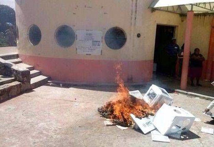 Quema de material electoral en Las Margaritas, Chiapas. (Milenio)